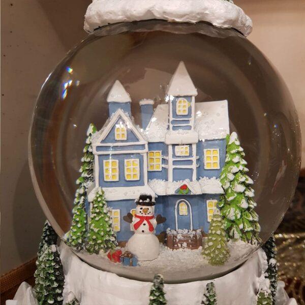 Globo con casetta e neve
